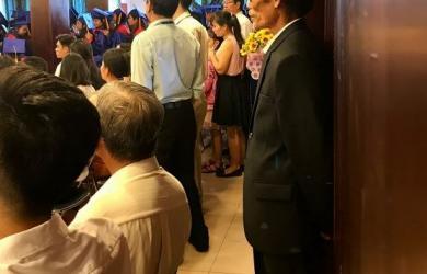 Khoảnh khắc người cha mặc vest trong ngày tốt nghiệp của con gái gây xúc động